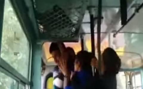 Ινδές αδελφές ξυλοκόπησαν τους υποψήφιους βιαστές τους (vid)