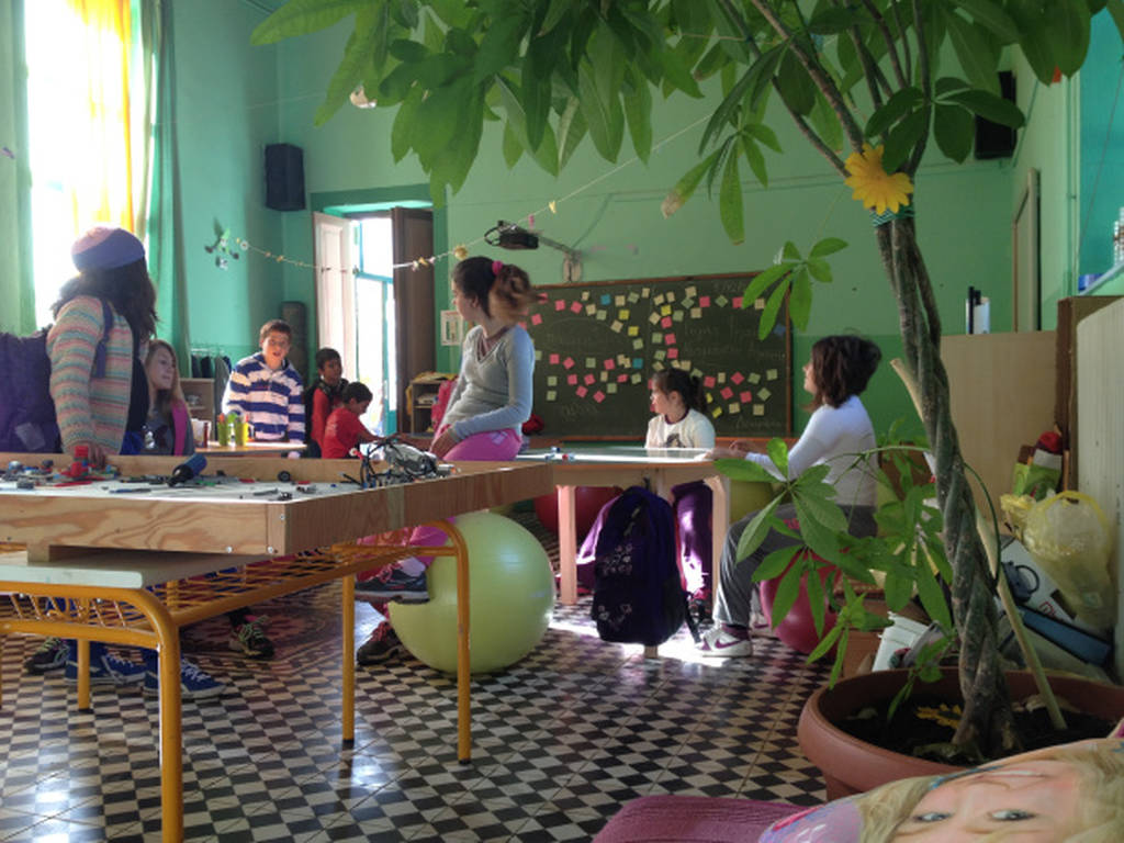 Το πρώτο δημόσιο σχολείο που πέταξε τις καρέκλες...