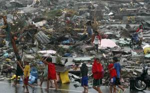 Φιλιππίνες: Εγκαταλείπουν τα σπίτια τους λόγω τυφώνα