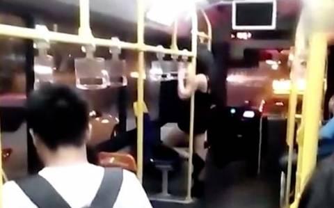 Κινέζα επιδόθηκε σε pole dancing μέσα σε λεωφορείο!