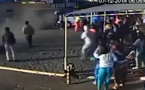 Μανιακός οδηγός πέφτει πάνω σε πλήθος (video)
