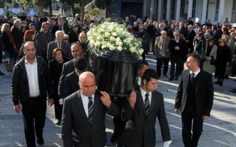 Πλήθος κόσμου αποχαιρέτησε τον Μένη Κουμανταρέα