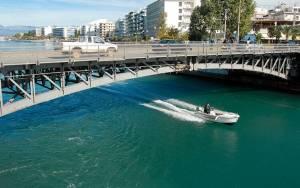Εργάτης έπεσε στη θάλασσα από τη γέφυρα του Ευρίπου