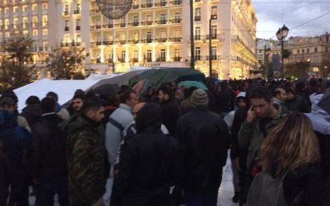 Αποχωρούν οι Σύροι πρόσφυγες από το Σύνταγμα