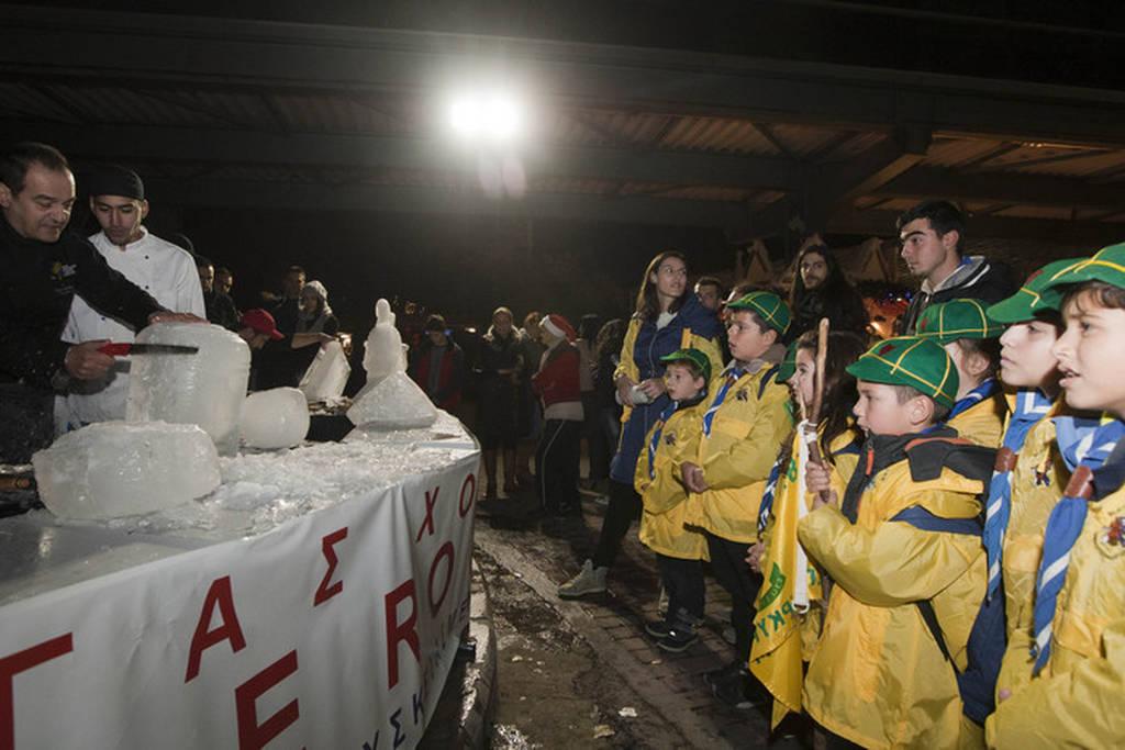 Μάγειρες δημιουργούν εντυπωσιακά γλυπτά στον πάγο