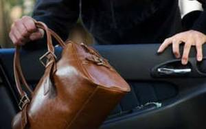 Συνελήφθη 19χρονος για κλοπή τσάντας από αυτοκίνητο στη Χίο