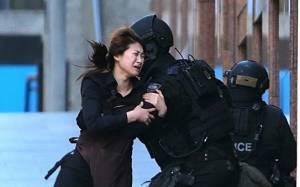 Σίδνεϊ: Η στιγμή που 2 όμηροι φεύγουν τρέχοντας από το καφέ