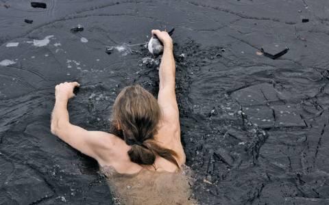 Ο άνθρωπος που έσωσε πάπια σε παγωμένη λίμνη!