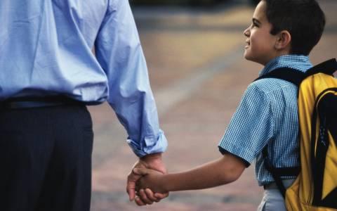 ΞΕΚΑΡΔΙΣΤΙΚΟ: Ο πατέρας πήγε να ρωτήσει στο σχολείο