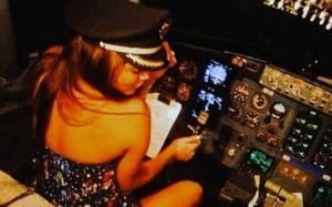 Πιλότος έβαλε... σέξι κορίτσια να πιλοτάρουν το αεροπλάνο