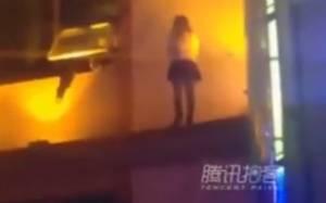 Κίνα: Δραματική διάσωση γυναίκας που έπεσε στο κενό (video)