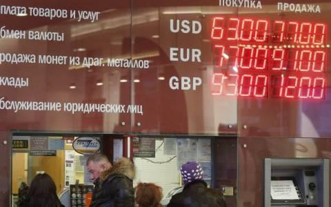 Λευκορωσία: Κρίση πανικού λόγω της «βουτιάς» του ρουβλίου
