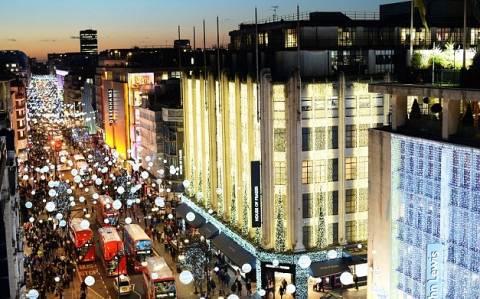 Βρετανία: Χριστουγεννιάτικος πυρετός αγορών υπό βροχή (pics)