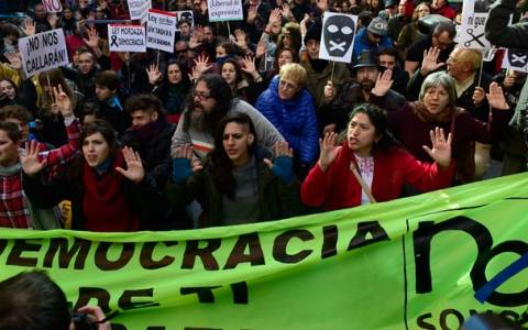Ισπανία: Χιλιάδες στους δρόμους για το νόμο – «φίμωτρο»(vid)
