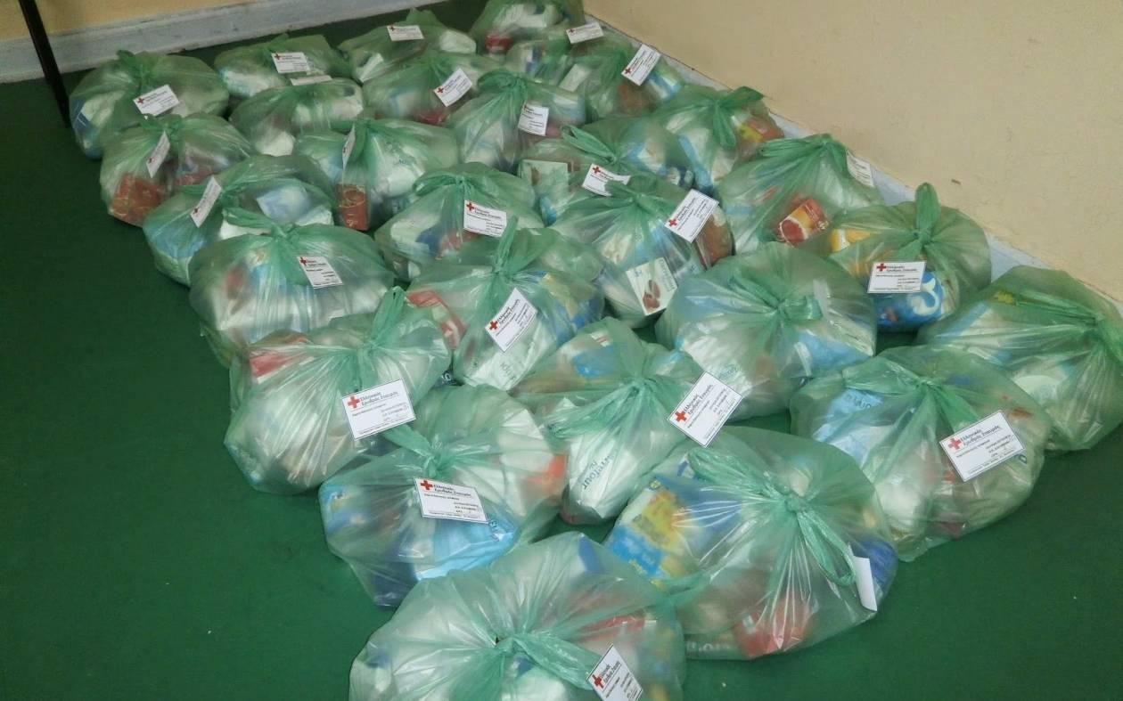 Πλήθος κόσμου στον Ερυθρό Σταυρό Ξάνθης για δωρεάν τρόφιμα