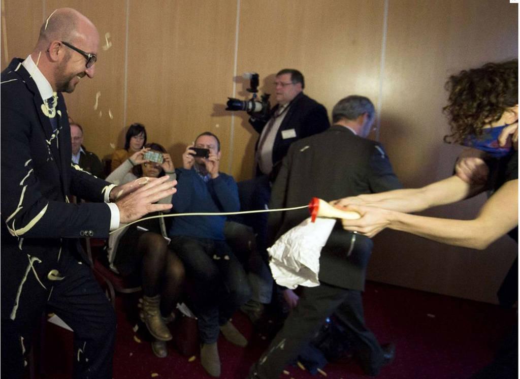Επίθεση με πατάτες και μαγιονέζα στον Βέλγο πρωθυπουργό!