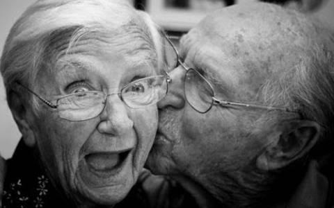 ΞΕΚΑΡΔΙΣΤΙΚΟ: Ο παππούς φόραγε ακουστικά βαρηκοΐας...