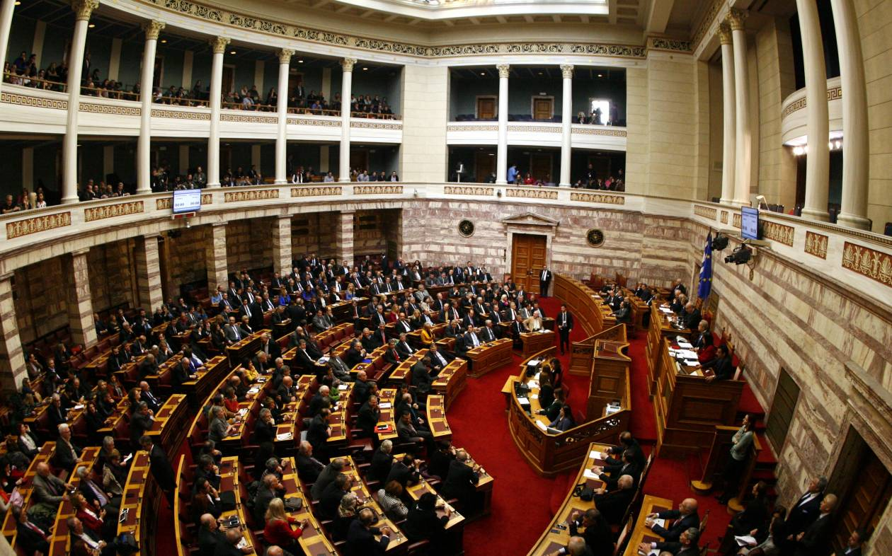 «Βρωμάτε προδότες»: Χαμός στη Βουλή με μια... μπλούζα! (pic)