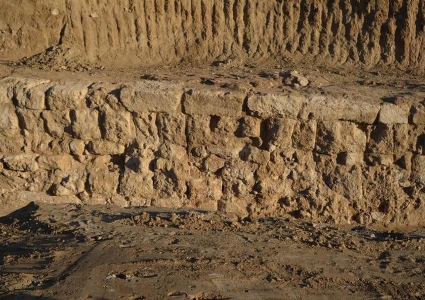 Μέρος του περιβόλου από την ανασκαφή