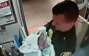 ΗΠΑ: Γέννησε μέσα στο μετρό με τη βοήθεια... αστυνομικών!