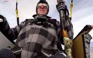 Πυροβόλησε τα μπαλόνια που τον κρατούσαν στα 8.000 πόδια!