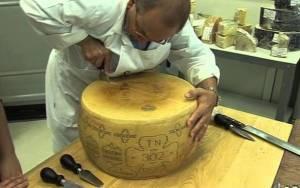 Πώς κόβεται στη μέση ένα τεράστιο κεφάλι Ιταλικού τυριού