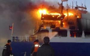 Φωτιά σε πλοίο: Να μη γίνει εκκένωση, η γνώμη ειδικού