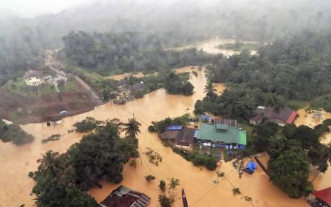 Μαλαισία: Οι πλημμυροπαθείς λεηλατούν για να επιβιώσουν