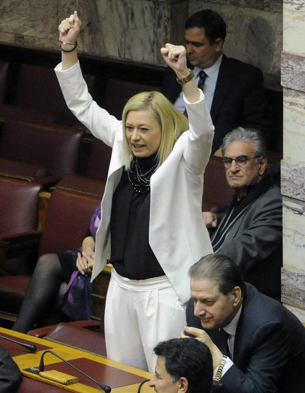 H Ραχήλ Μακρή πανηγυρίζει το... γκολ στη Βουλή! (pics)