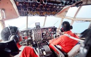 AirAsia: Εντόπισαν συντρίμμια που μοιάζουν με πόρτα (photos)