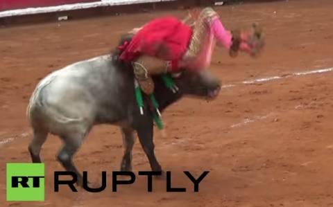 Μεξικό: Γυναίκα «τορέρο» τραυματίζεται από τα κέρατα του ταύρου (video)