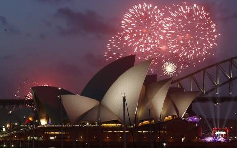 Πρωτοχρονιά 2015: Ο πλανήτης υποδέχεται τη νέα χρονιά