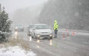 «Σαρώνει» ο χιονιάς - Διακοπές ρεύματος και προβλήματα στους δρόμους
