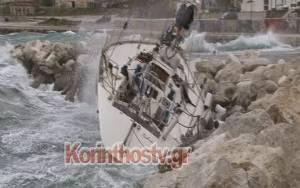 Ιστιοπλοϊκό έπεσε στα βράχια στο λιμάνι της Κορίνθου (Pics)