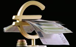 Ο Ντράγκι παίρνει πρωτοβουλίες, το ευρώ πέφτει