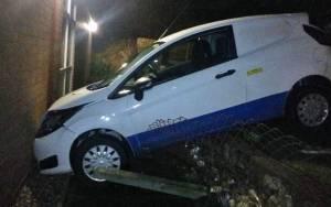 Μεθυσμένος έριξε το ΙΧ του στον τοίχο αστυνομικού τμήματος