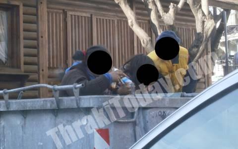 Η Ελλάδα του μνημονίου: Παιδιά τρώνε από τα σκουπίδια (pics)