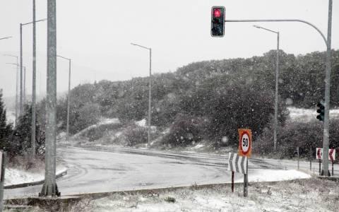 Καιρός: Έντονη χιονόπτωση στα βόρεια προάστια της Αττικής