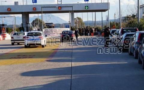 Σε λειτουργία τα διόδια στο Άκτιο - Στο νοσοκομείο αστυνομικός (Pics)