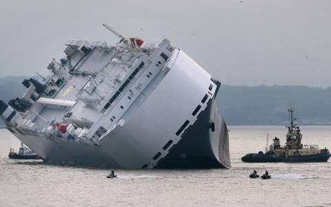 Πλοίο γεμάτο πολυτελή καινούργια αυτοκίνητα προσάραξε στην Αγγλία