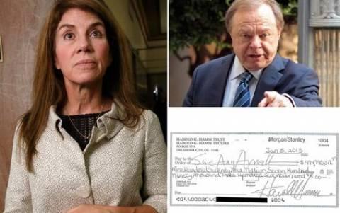 Έσκισε επιταγή 818 εκατ. ευρώ που της έδωσε ο πρώην της για το διαζύγιο