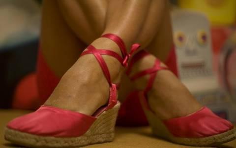 Σε θέλει; Κοίτα τα πόδια της!