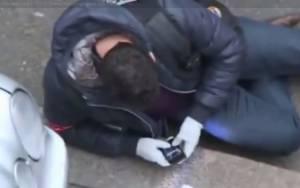 Charlie Hebdo: Σάλος με αστυνομικό που ποζάρει για selfie στον τόπο του μακελειού