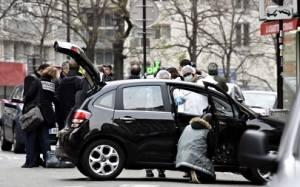 Charlie Hebdo: Σημαίες και μολότοφ στο εγκαταλελειμένο αυτοκίνητο
