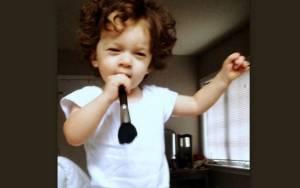 Με ένα πινέλο για μικρόφωνο τραγουδάει ο γιος της…