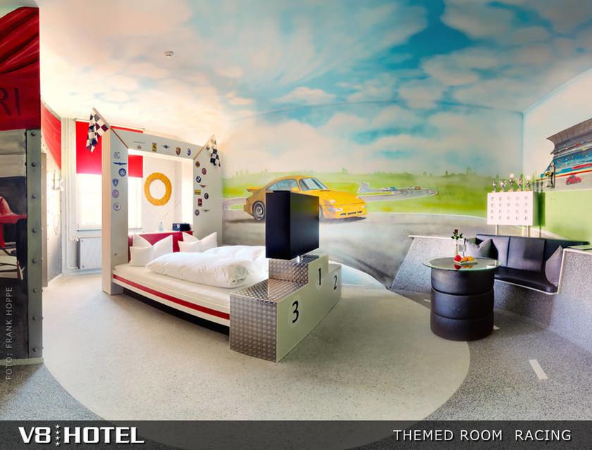 Κοιμήσου σε μια Porche. V8 Hotel στη Γερμανία