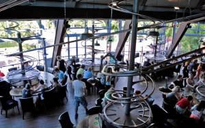 Rollercoaster εστιατόριο; Υπάρχει! (video)