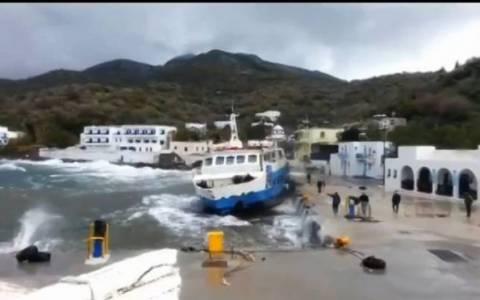 Κάλυμνος: Στο λιμάνι κατέπλευσε πλοίο που βρέθηκε έρμαιο των ανέμων (vid)