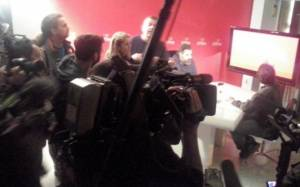 Συνωστισμός στην αίθουσα που μεταδίδεται η συνέντευξη Τσίπρα