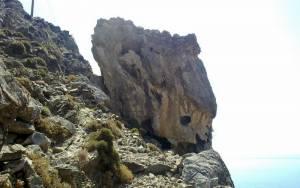 Βράχος στον… αέρα, απειλεί σπίτι στο Ανατολικό Σέλινο Χανίων